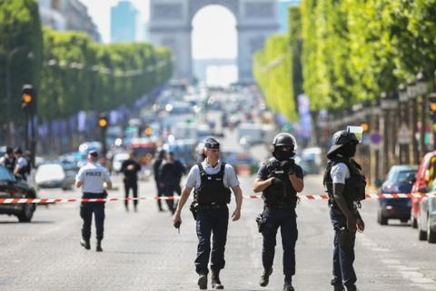 法国巴黎汽车冲撞警车事件 官方定性为恐袭