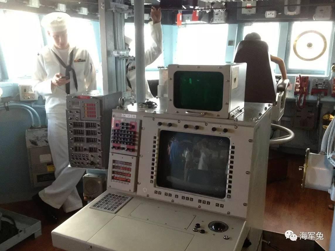 军事枪械--美海军菲茨杰拉德舰上水兵玩手机,地点就在驾驶室!
