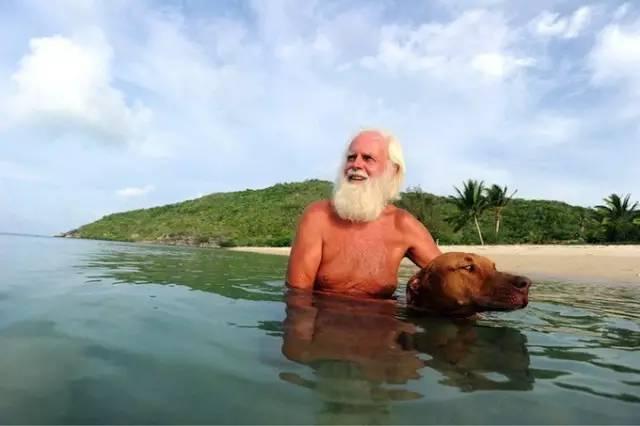 现代鲁宾逊:单职业传奇外挂下载破产富豪独居荒岛20年,一人一狗有wifi