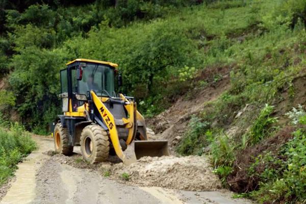 泸州叙永强降雨致部分路段塌方 党员带队义务疏通