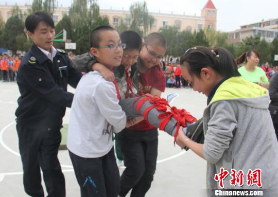 学生应急救援演练。 张文海 摄