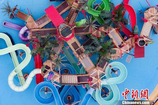 戏水设施色彩交织。 泱波 摄