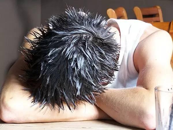 熬夜族注意!25岁IT男通宵加班 用颈部按摩仪后突发脑梗