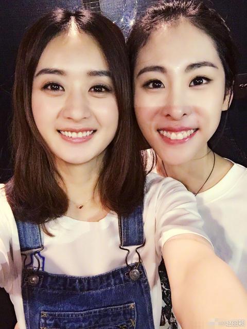 照片中,短发的赵丽颖穿着白色t恤,搭配一件激短牛仔裤,露出一双白皙图片