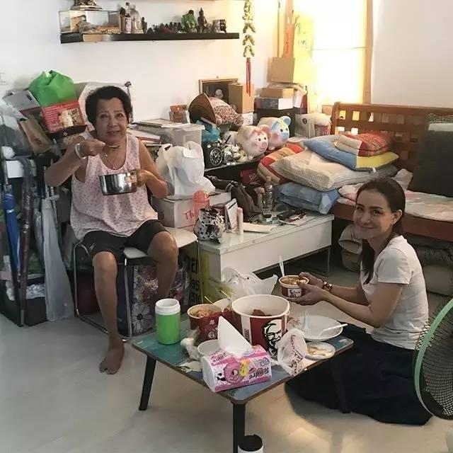 泰国著名男星Sornram Teppitak带女友回家看妈妈 婆媳相处融洽