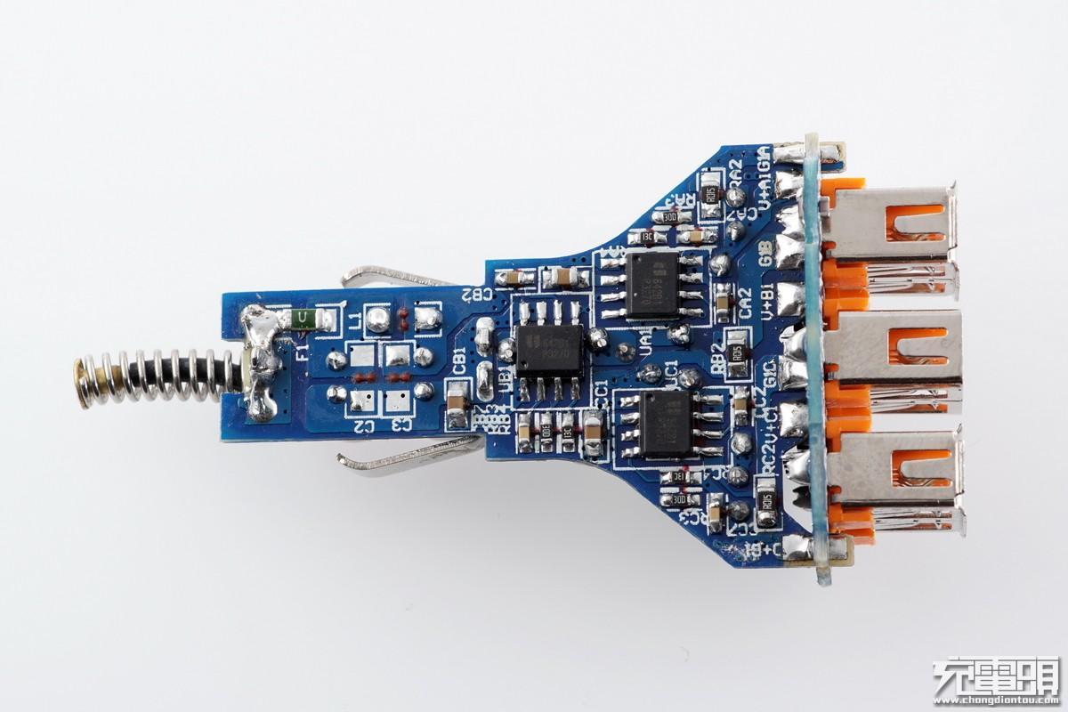 背面3颗降压芯片和3颗电流取样电阻对应3路独立usb输出,输入有一颗