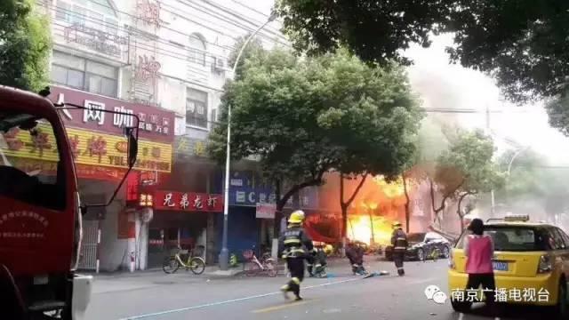 南京一龙虾店突发爆燃 致2人受伤