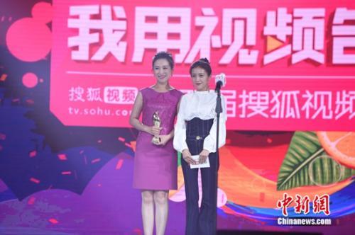 包文婧为最佳亲子自媒体出品人颁奖