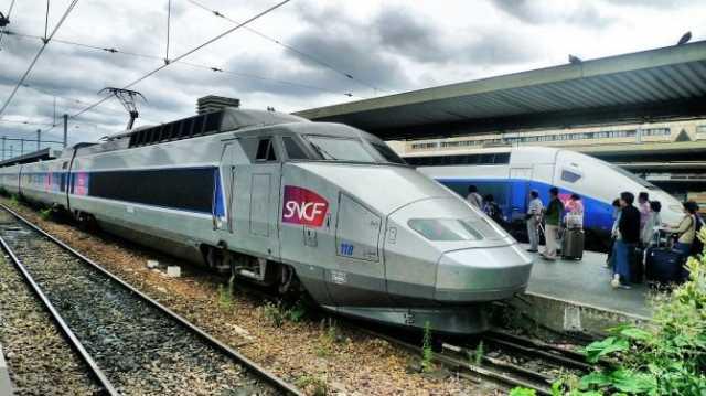 法国高铁 法国TGV是日本新干线后,人类历史上第二个投入运营的高铁线路,推动了高铁的普及。目前法国高铁线路与普通铁路交汇使用,速度视路况而定:在普通铁路上,平均为100-150公里时速,如果是适用高铁的专有铁路,则时速可以达到350公里以上。TGV一直以法兰西的骄傲著称于世,不过最近似乎陷入了疲软状态,出口困难,原因有3点:一是法国高铁项目有很大的公营背景,价格高昂,在国际市场上没有优势,二是前期技术转让太多,导致以前的合作小伙伴掌握技术成为了劲敌,三是技术创新陷入了困境。
