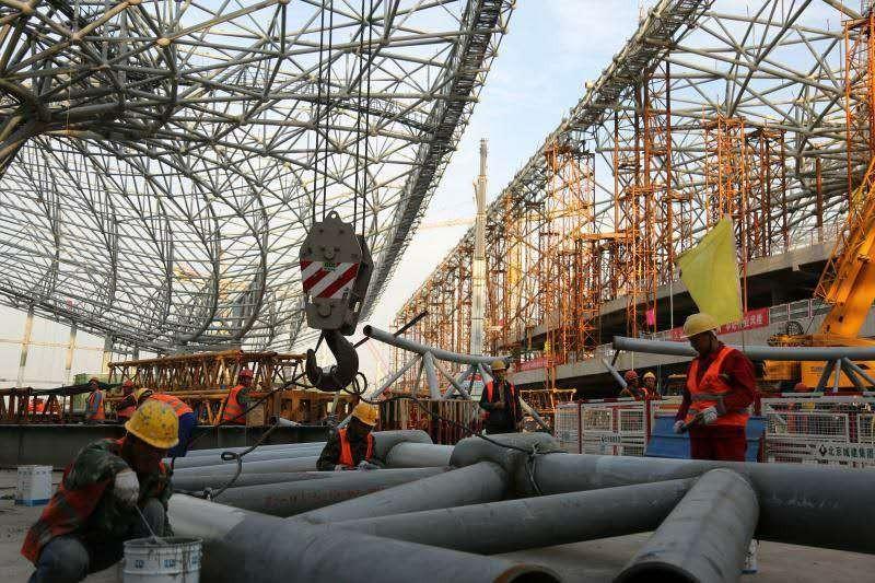 就在刚刚,新机场航站楼钢结构成功封顶,世界最大钢铁凤凰已展翅凌空!