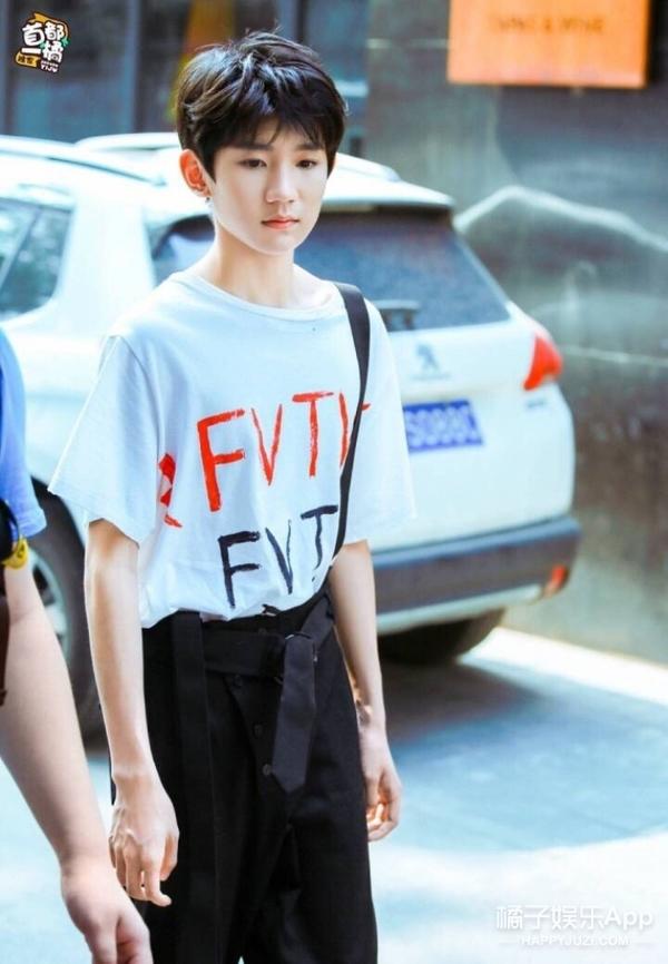 王源街拍look,可爱里透着帅,正能量少年一枚图片