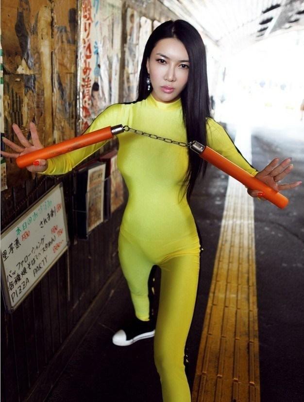 新金瓶梅女员模仿李小龙,日本街头耍双节棍,网友:丢中国人的脸!