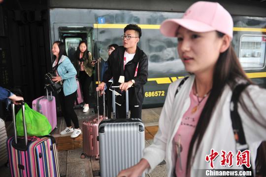 刚刚乘列车到达昆明的旅客。 刘冉阳 摄