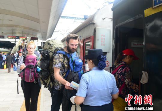 外国游客乘火车出行。 万乘里 摄