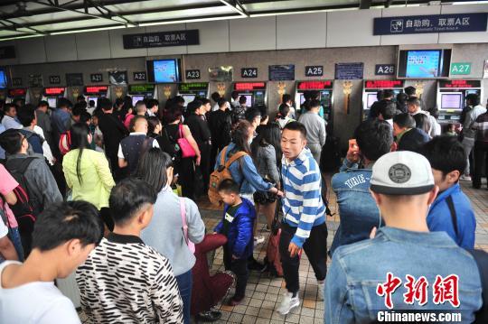 自助购票的旅客。 刘冉阳 摄