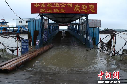 2日,位于安徽省安庆市城边的港口码头。 朱立新 摄