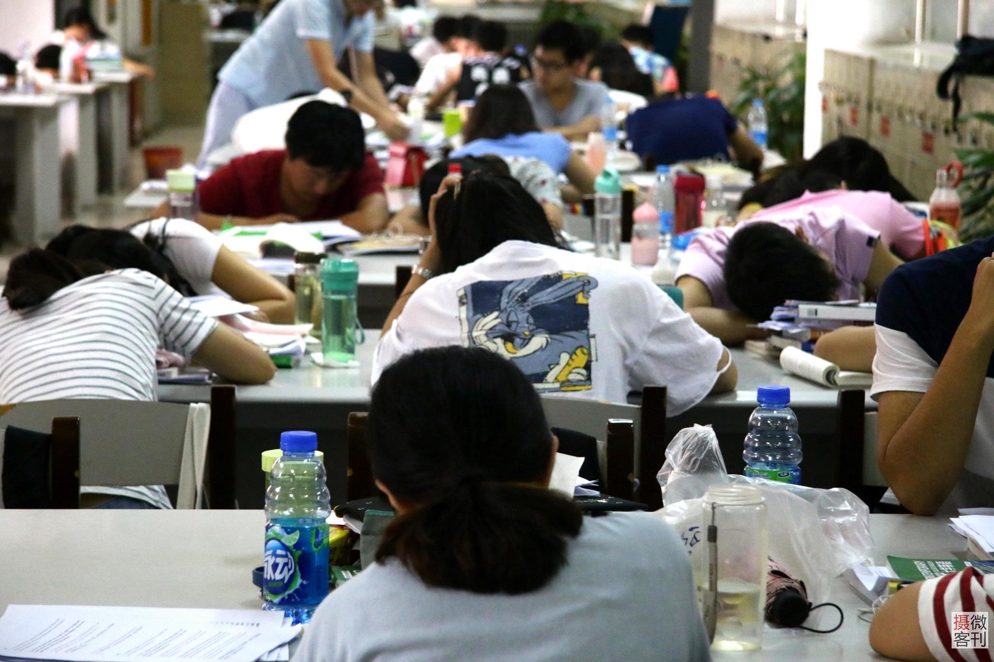 大学生�y.&��f�/&_高温天图书馆爆满 大学生扎堆避暑一座难求