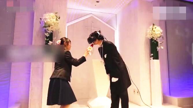 虚拟结婚网站_男子戴vr眼镜与漫画人物结婚 现场虚拟接吻网友大喊吃