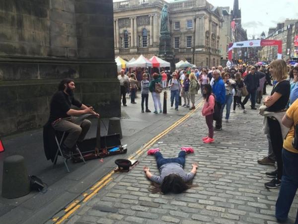 """为了反对自拍修图 国外女艺术家""""脸贴地""""拍照:看醉了"""