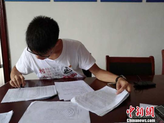 """""""村小二""""在协助完成村里党员基本信息采集工作。校方提供"""