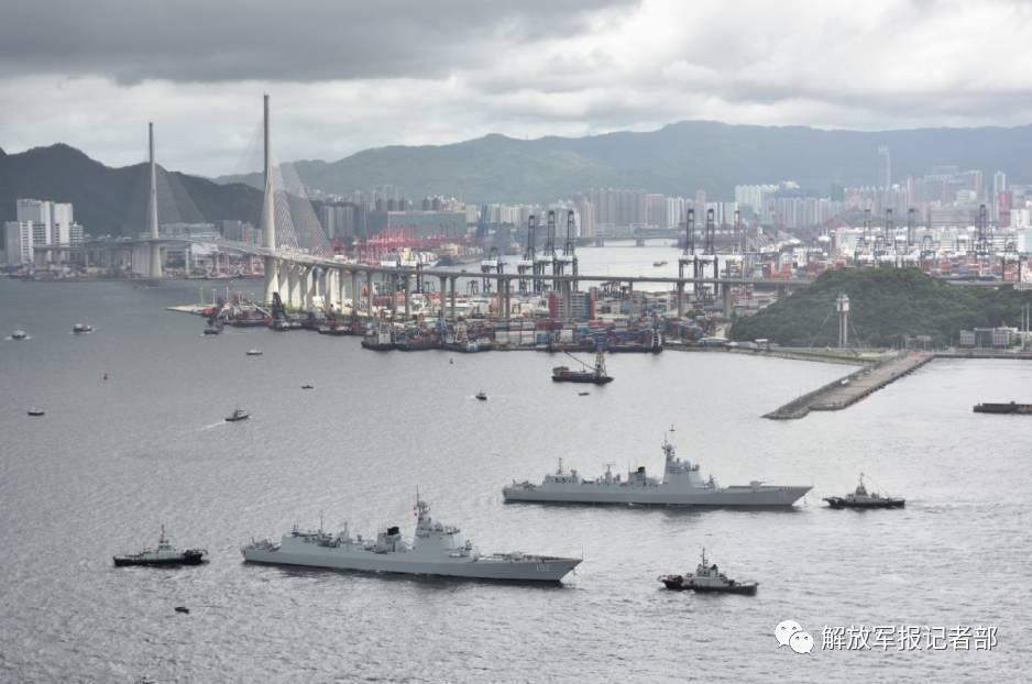 丁毅海军中将指出,相信海军航母编队在香港参加系列活动,将使香港同胞