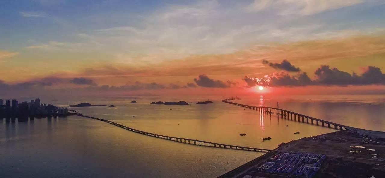 定了香港机场旁的散石湾;广东省则考虑带动横琴的发展,但横琴岛在澳门