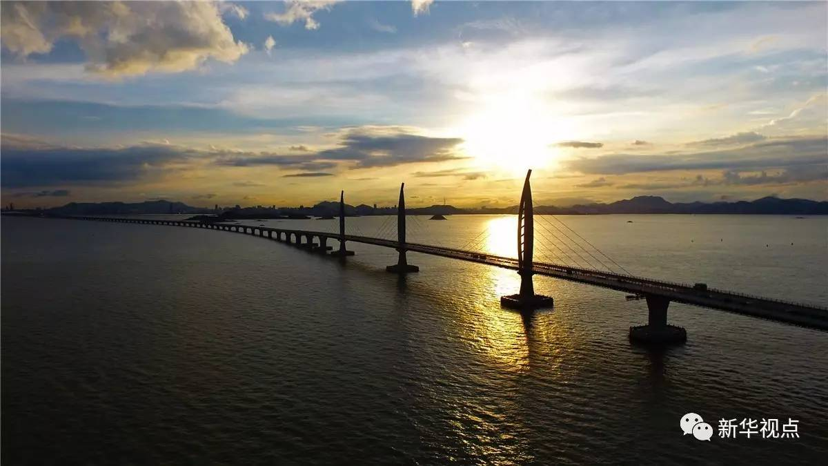 这是中国最美的桥 也是全世界最美的桥 我能想到最浪漫的事 就是和你一起 看香港的日出、看澳门的日落 在旭日东升之时 看世界金融中心的香港 在朝阳中迎来一天的忙碌 在落日之时 尽享东方威尼斯的繁华 这一切 在港珠澳大桥上都能实现了!