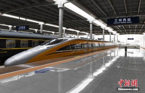 资料图:6月2日,随着一列动车检测车从宝鸡南站驶出,一路向西开往兰州西站。杨艳敏摄