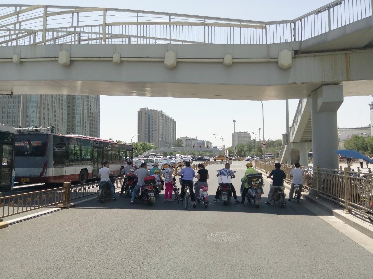 高温黄色预警下的北京 他们却顾不得打湿双眼的汗水