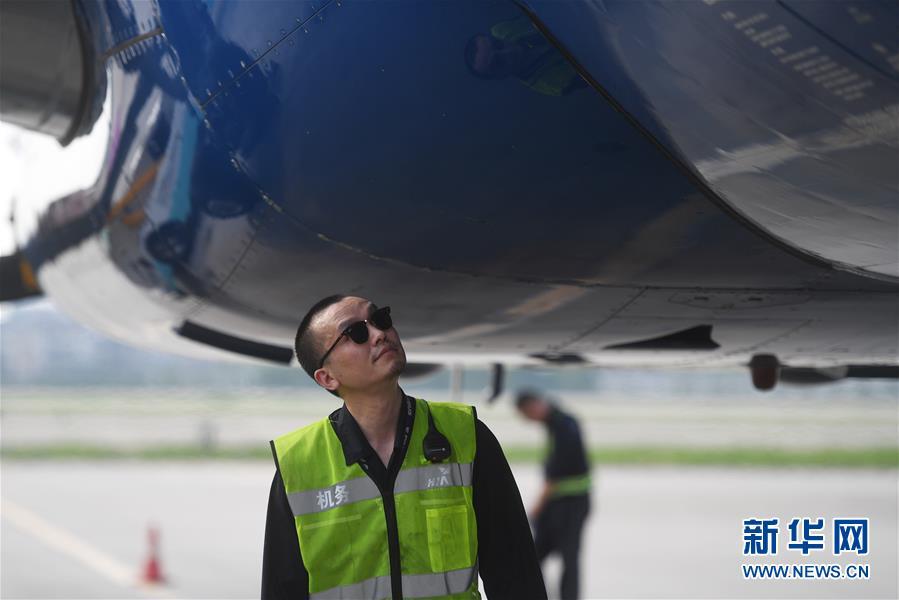 来到杭州萧山国际机场机务维修保障部成为一名机务人员,并陆续考取了1