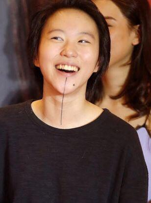 王菲女儿窦靖童上综艺节目,中性打扮很帅气,奇葩纹身图片