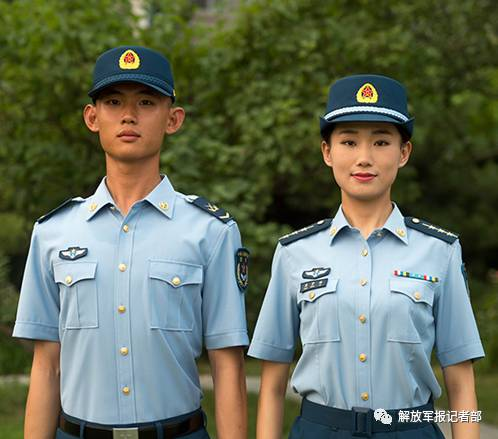 解放军全军8月1日开始佩戴夏常服帽 取代贝雷帽