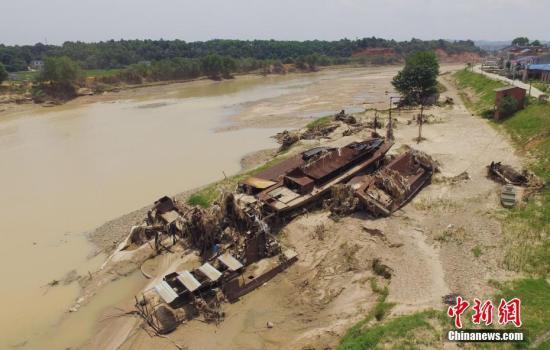 资料图:宁乡沩江边多艘船被洪水冲击后堆积在一起。杨华峰摄
