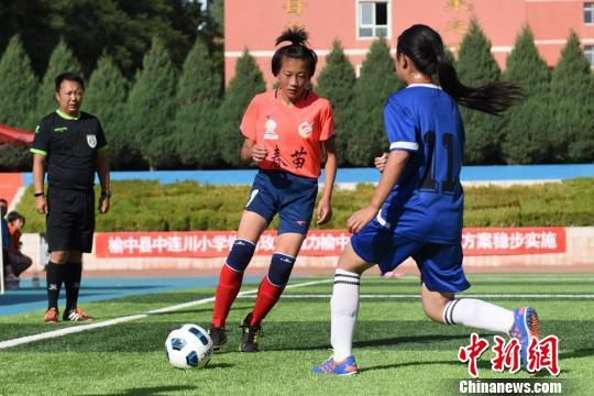 图为足球小将不惧酷热,奋勇拼搏。 张宏 摄