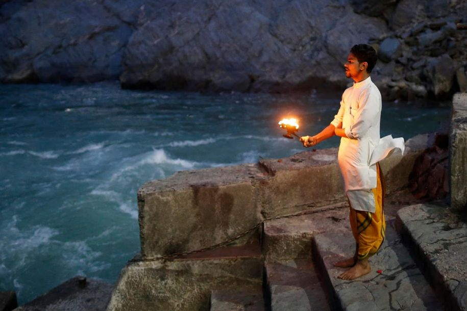 """饱受污染河水变色 印度""""母亲河""""的命运"""
