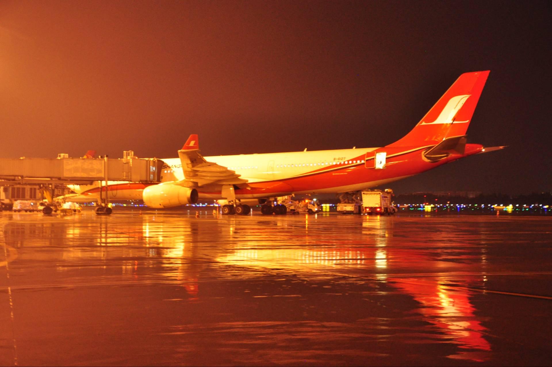 成都机场昨晚再次受到雷雨波及 影响今日航班飞行