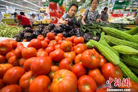 资料图片,民众在超市选购蔬菜。 张云 摄