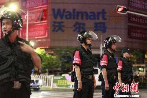 图为深圳警方封锁现场。 钟新摄
