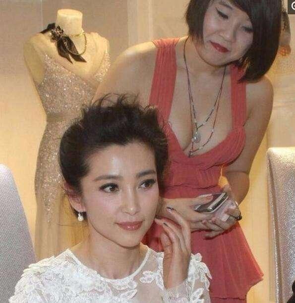 李冰冰一袭白裙又仙又美, 却被女翻译的傲人身材抢镜 娱乐八卦 第2张