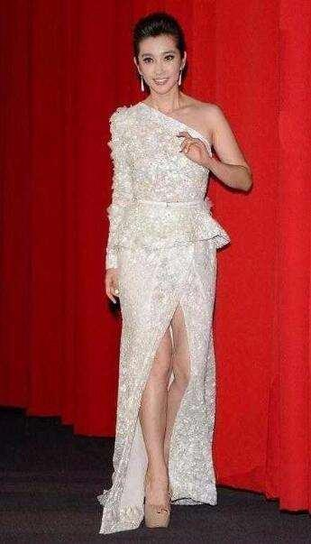 李冰冰一袭白裙又仙又美,却被女翻译傲人身材抢镜
