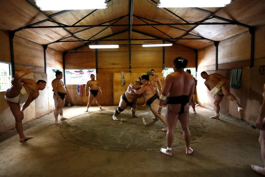 探访神秘的日本相扑屋:戴着氧气面罩睡觉