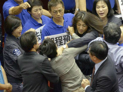 """台湾立法部门打群架致""""家丑外扬"""" 英媒:让台湾""""丢脸"""""""