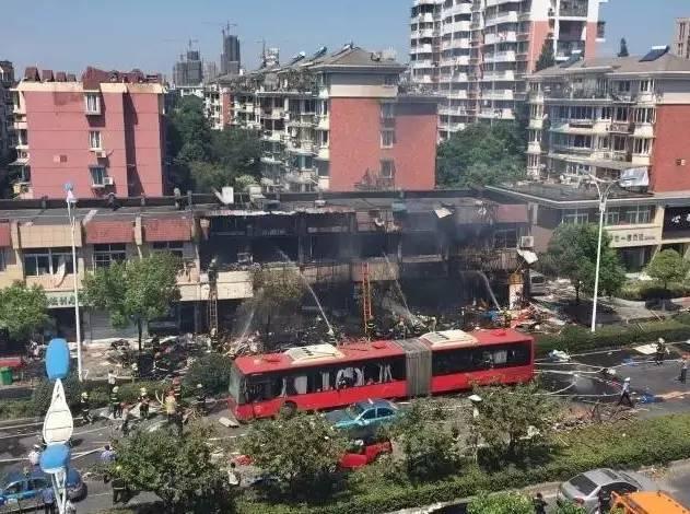 大庆网 时事新闻 国际  22日广州一建筑项目发生塔吊倾斜倒塌事故