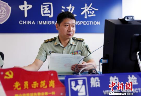 图为:李宁峰工作时的照片。 何蒋勇 摄