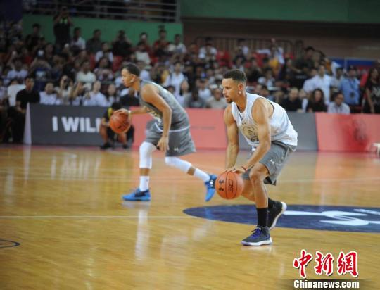库里和弟弟塞斯?库里带领小球员进行篮球训练。 肖雨杨 摄