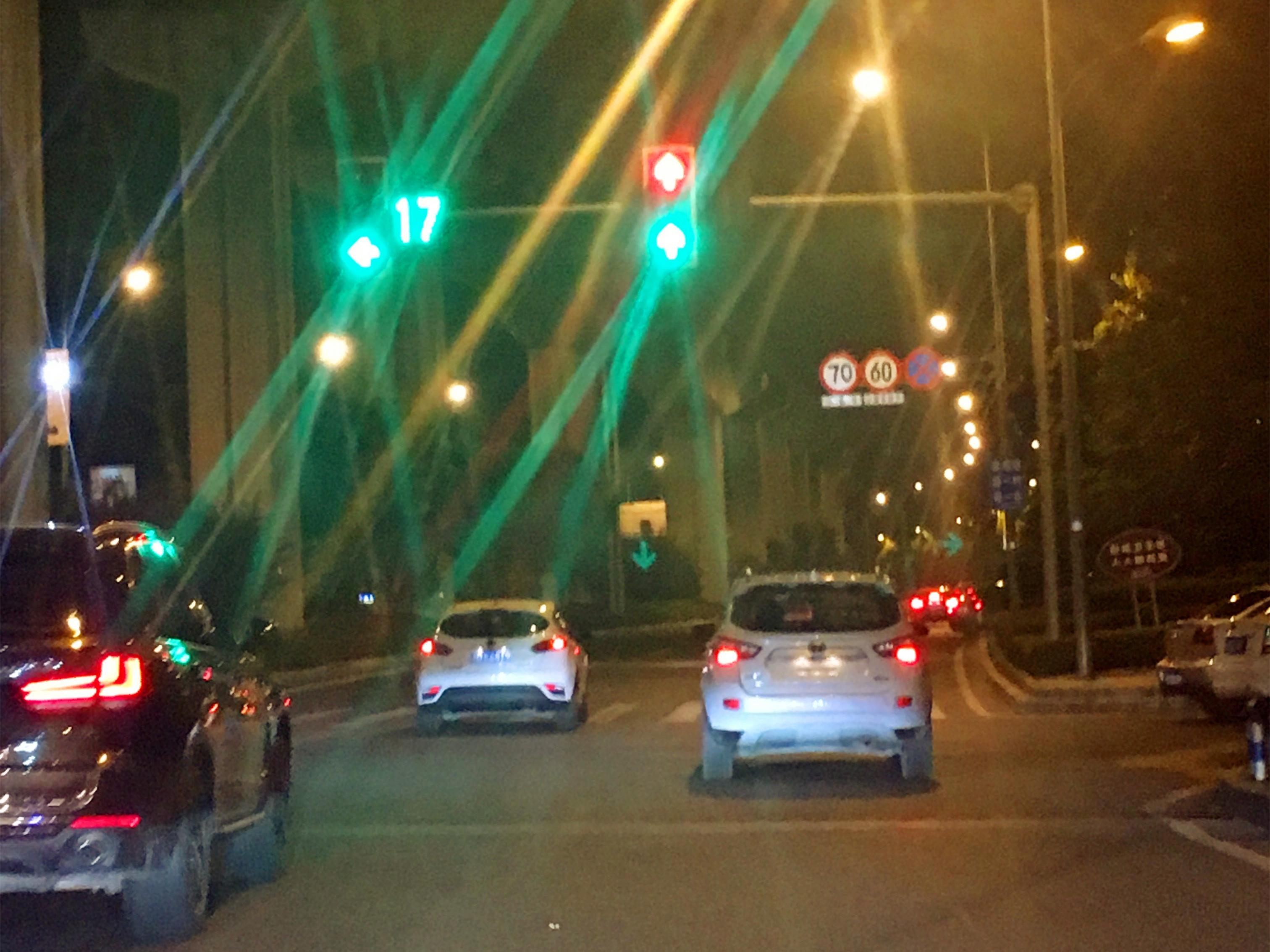在距离轨道2号线花溪站附近的这个红绿灯,红绿两灯同时亮着,都标示为