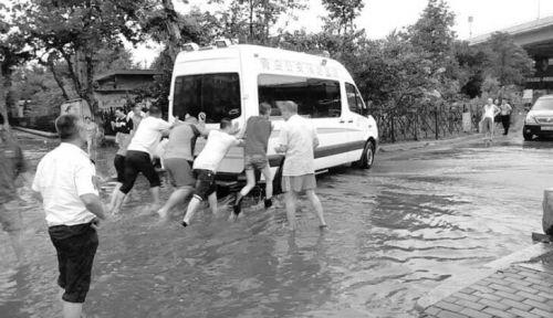 强降雨,天文大潮同日袭青岛 连地铁站都进了水