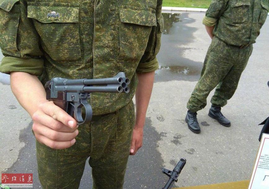 异国风!白俄美女记者与中国猛士合影
