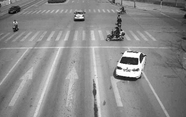 五、 路边停车无责赔偿 没地方停怎么办?找个没有监控的地方停在路边吧。这是很多人都有的投机取巧的做法,但如果有些骑电动车的大哥大姐一不小心装上了你的车,那么自己爱车的损失以及大哥大姐的损失都要你一个人来承担,所以宁愿交停车费也不要冒这个风险。