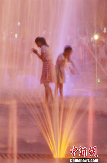 孩子们在华蓥山五彩音乐喷泉中戏水。 邱海鹰 摄